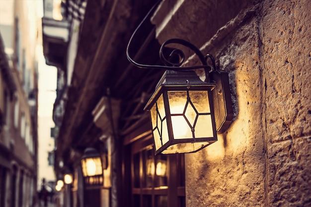 Línea de linternas en venecia en la noche en la pared de la vendimia
