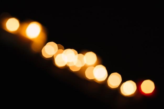 Línea de luces borrosas