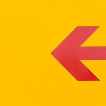 Línea minimalista de flecha roja sobre fondo amarillo