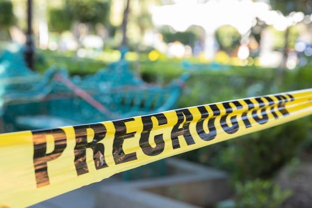 Línea policial de advertencia en un parque debido a la pandemia de coronavirus