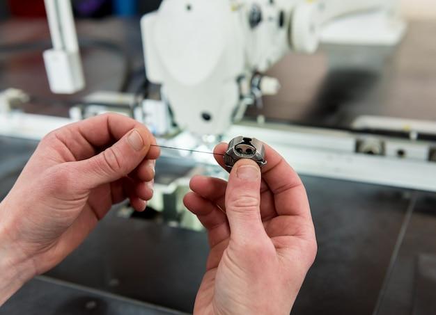Línea de producción de la industria textil. fabrica textil. proceso de adaptación de trabajo