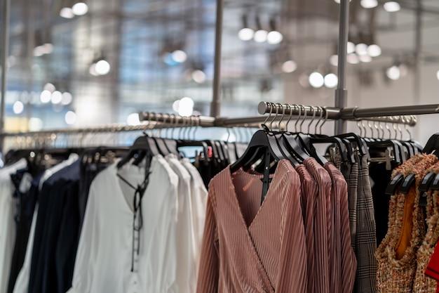 Línea de ropa en la tienda de gafas en la tienda de compras por departamentos