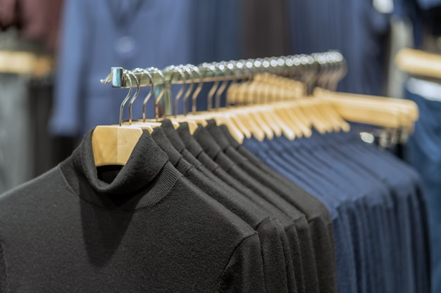 Línea de ropa en la tienda de gafas en la tienda por departamentos de compras para compras