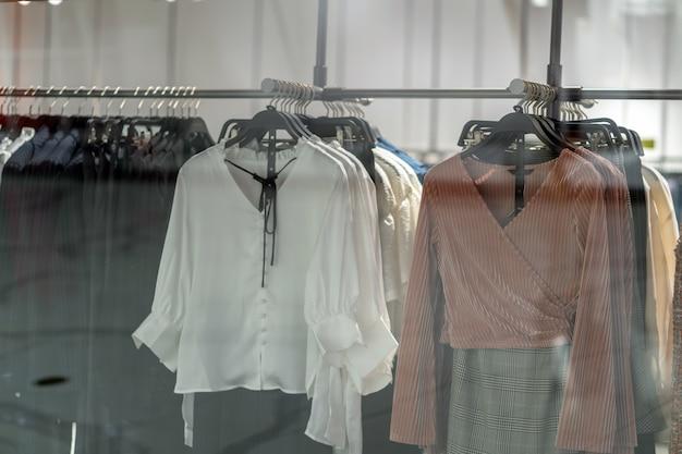 Línea de ropa en la tienda de gafas en la tienda por departamentos de compras para ir de compras