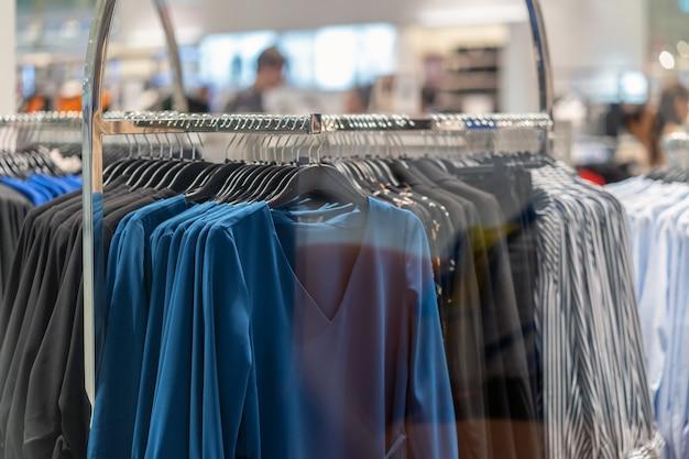 Línea de ropa en la tienda de gafas en la tienda por departamentos de compras