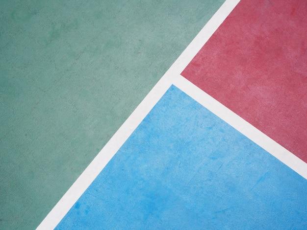 Línea sobre cancha de básquet al aire libre de concreto