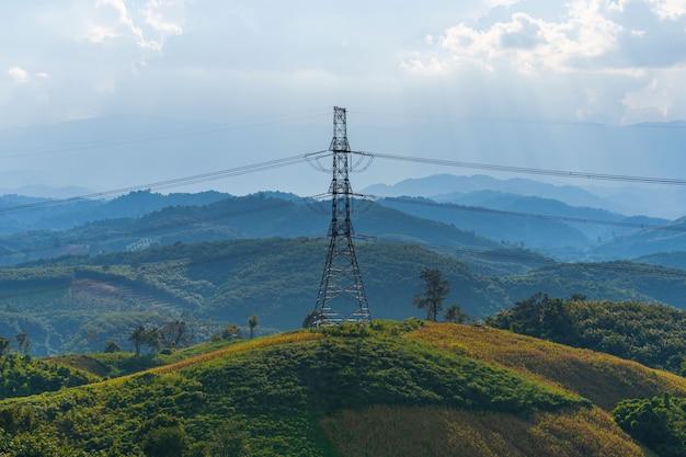 Líneas de alta tensión en la montaña.