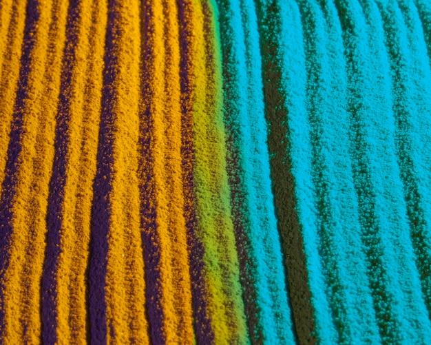 Líneas de arena azul y amarilla contrastadas