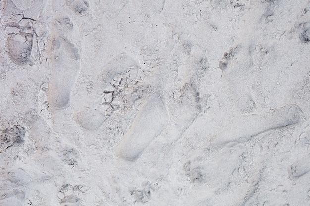 Líneas en la arena de una playa.