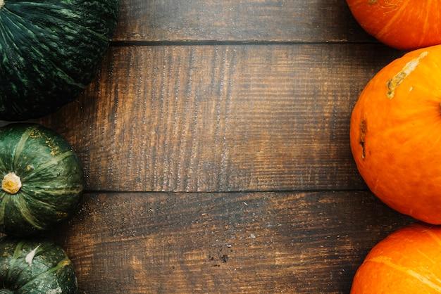 Líneas de calabazas verdes y naranjas