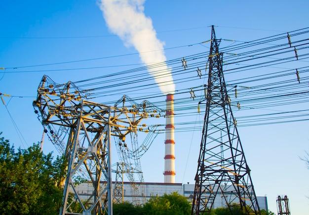 Líneas eléctricas, soporte de línea de transmisión y chimenea de estación termoeléctrica