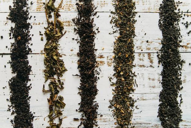 Líneas hechas con hierbas secas de té en el escritorio blanco