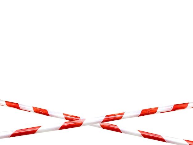 Las líneas rojas y blancas de la cinta de barrera prohíben el paso. cinta de barrera en aislante blanco. barrera que prohíbe el tráfico. cinta de advertencia