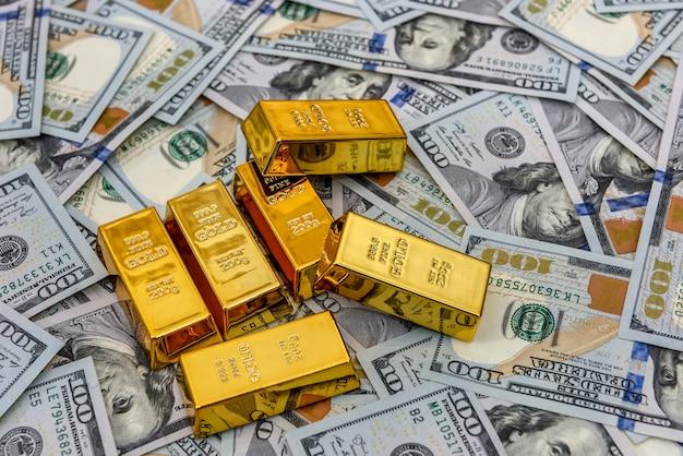 Lingotes de oro en fila en dólares