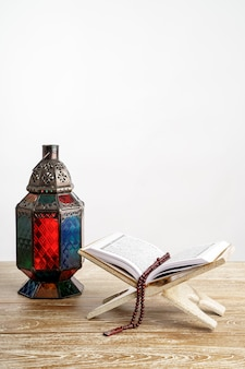 Linterna árabe corán y rezar cuentas en blanco