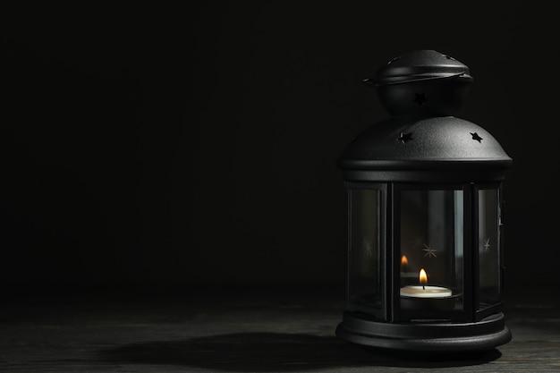 Linterna árabe en mesa de madera sobre fondo oscuro
