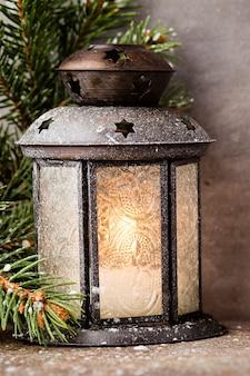 Linterna con árbol de navidad, decoración navideña.