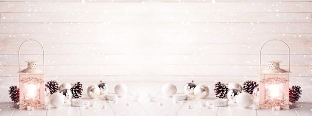 Linterna ardiente en la nieve con decoración navideña