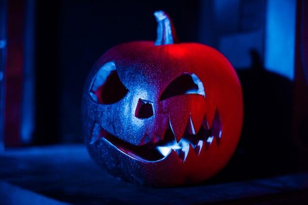 Linterna de calabaza de halloween jack en la noche en el festival de otoño
