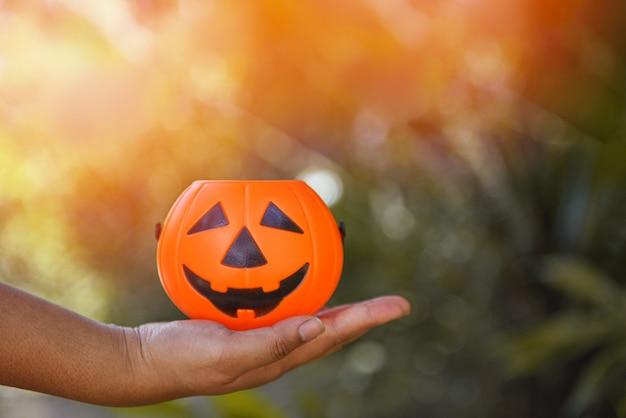Linterna de calabaza de halloween en mano