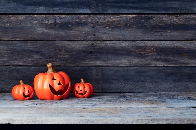Linterna de calabaza de halloween. truco o trato en una mesa de madera