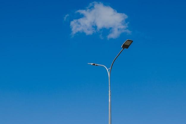 Linterna de la calle en el cielo con nubes blancas