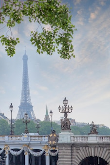 Linterna de la calle en el puente alexandre iii en parís, francia
