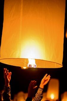 Linterna de cielo flotante en el año nuevo tradicional tailandés del norte