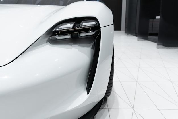 Linterna del coche prestigioso moderno de cerca.