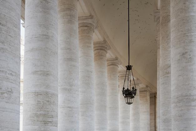 Linterna y columnas del vaticano