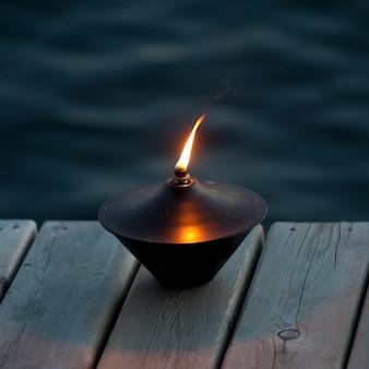 Linterna encendida en el muelle en el lago de los bosques, ontario