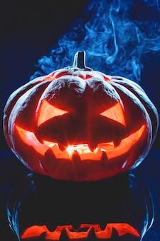 Linterna fantasma de calabaza de halloween con humo