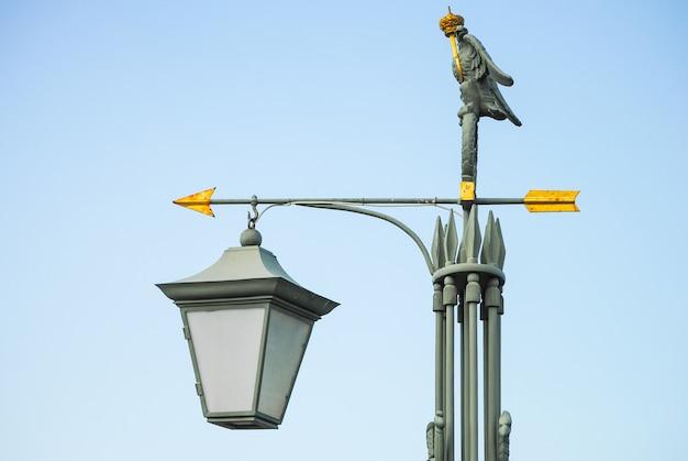 Linterna en forma de flechas. san petersburgo