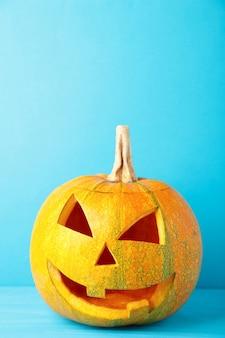 Linterna de gato de cabeza de calabaza de halloween sobre fondo azul.