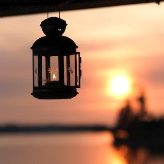 Linterna con el horizonte al atardecer en el lago de los bosques, ontario