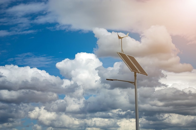 Linterna con una linterna y paneles solares instalados en un cielo azul.