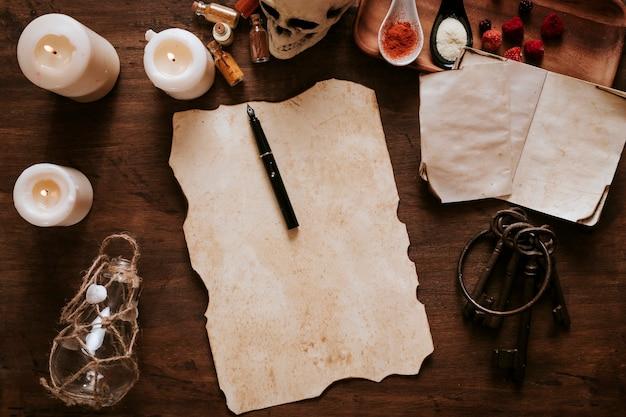 Linterna y llaves cerca de pergamino e ingredientes