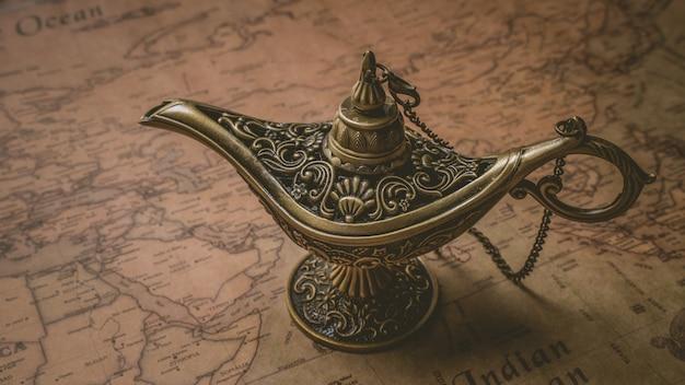 Linterna mágica de bronce grabada vintage