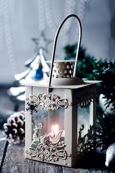 Linterna de navidad con adornos.