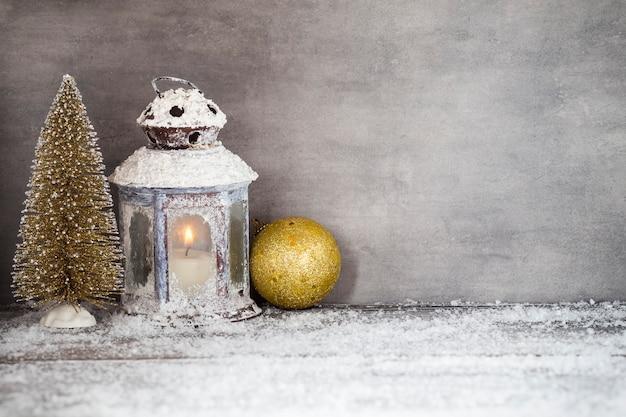 Linterna y objetos decorativos para navidad