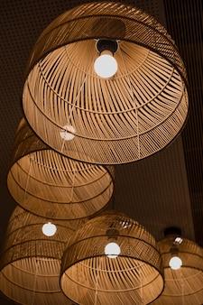 Linterna redonda marrón encendida con poca luz