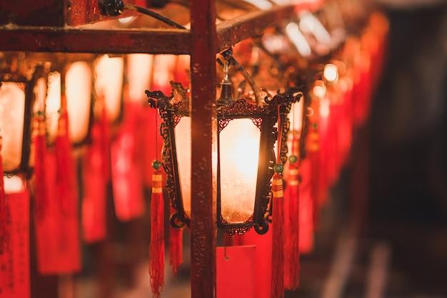 Linterna roja dentro del templo man mo en el camino de hollywood, distrito de sheung wan, hong kong