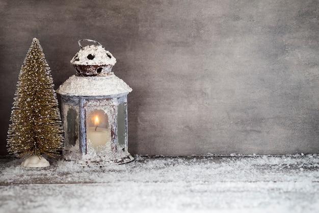 Linterna con velas, decoración navideña.