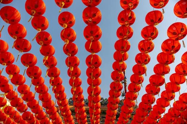 Linternas chinas del año nuevo en el área de la ciudad de china.
