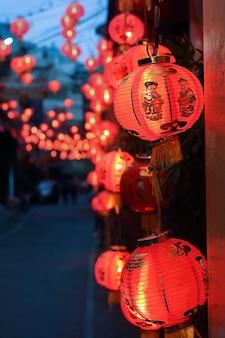 Las linternas chinas del año nuevo con texto de bendición significan felicidad, salud y riqueza en china town.