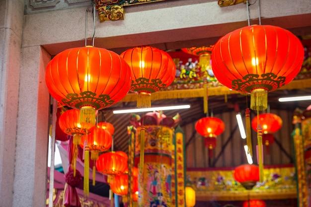 Linternas chinas en el templo