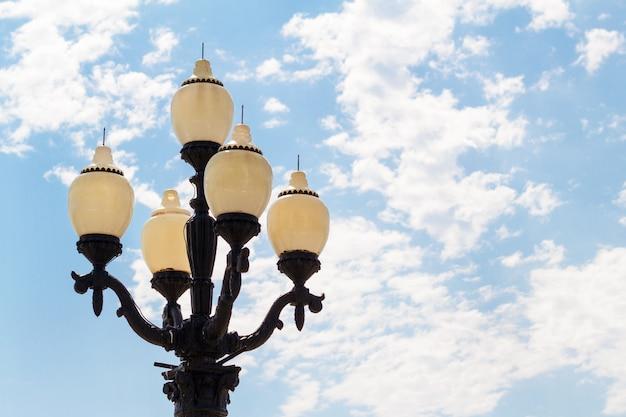 Linternas contra un cielo azul con nubes