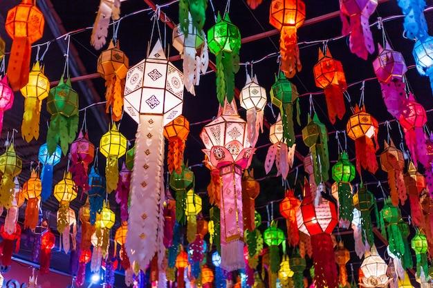 Las linternas de lanna son linternas de estilo tailandés del norte en loi krathong o yi peng festival