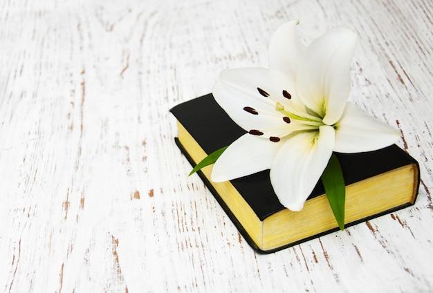 Lirio de pascua y biblia