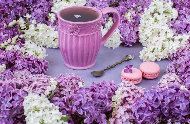 Lirios del valle, una taza de té y macarrones.